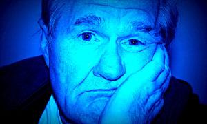 Gesicht eines Mannes, der gelangweilt schaut.