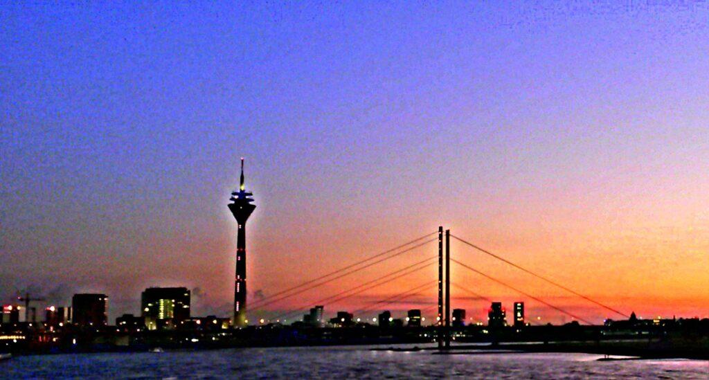 Panorama Düsseldorf, Rheinturm, Kniebrücke, mod. f. GrIQ-Blog