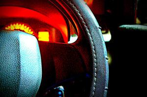 Lenkrad und Cockpit eines Autos