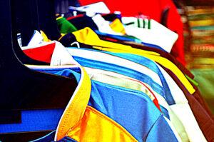 Trikots und T-Shirts auf Kleiderbügeln